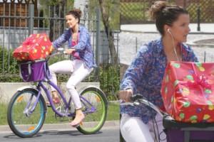 Jabłczyńska wiezie prezent na rowerze! (ZDJĘCIA)