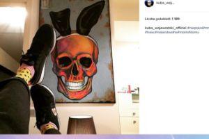 Wojewódzki reklamuje buty na tle obrazu
