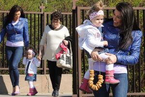 Iwonka Węgrowska z matką, córką i zmniejszonym biustem idzie do kościoła. Wiedzieliście, że jest religijna? (ZDJĘCIA)