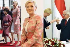 Agata Duda w łososiowym płaszczu wita Pierwszą Damę Singapuru (ZDJĘCIA)