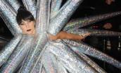 Lady Gaga w Paryżu w... nadmuchiwanej kreacji