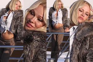 Odprężona, 50-letnia Pamela pozuje na jachcie w Saint-Tropez (ZDJĘCIA)