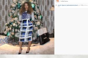 Beyonce pozuje na tle choinki